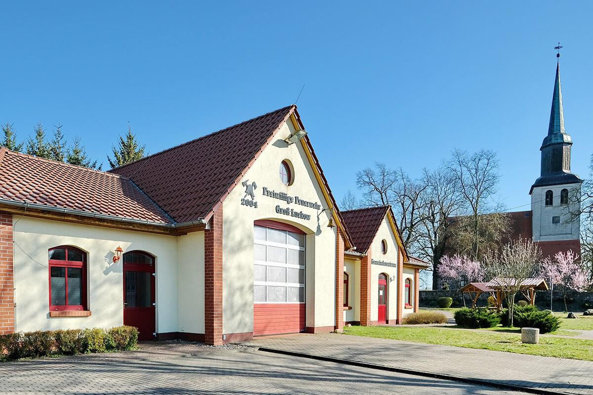 Groß Luckow - Blick auf das Gemeinde- und Feuerwehrzentrum und rechts daneben die Dorfkirche