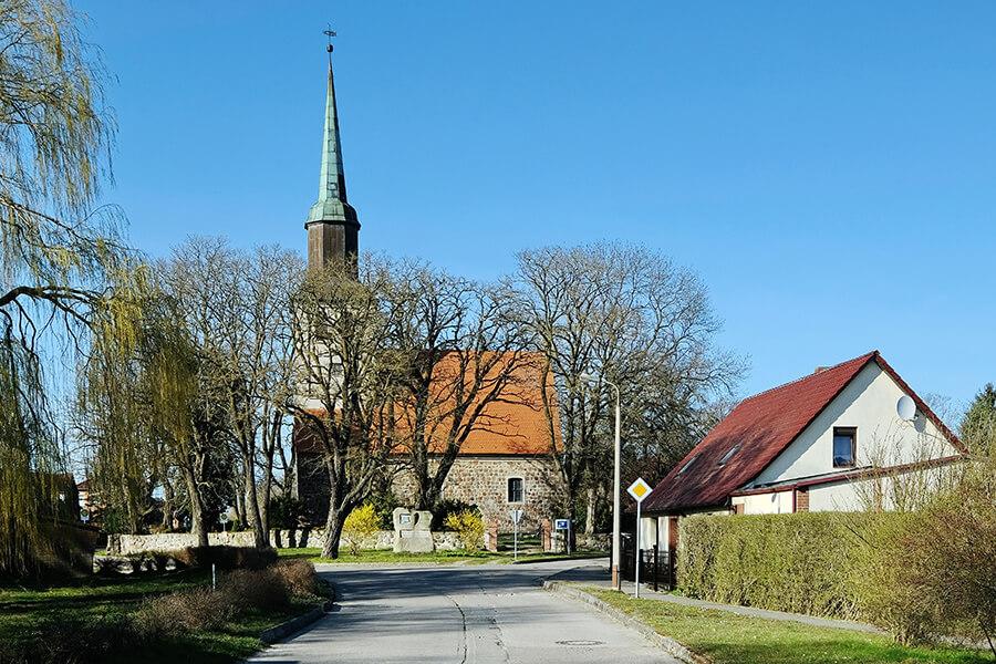Groß Luckow- Blick ins Dorf auf die Dorfkirche