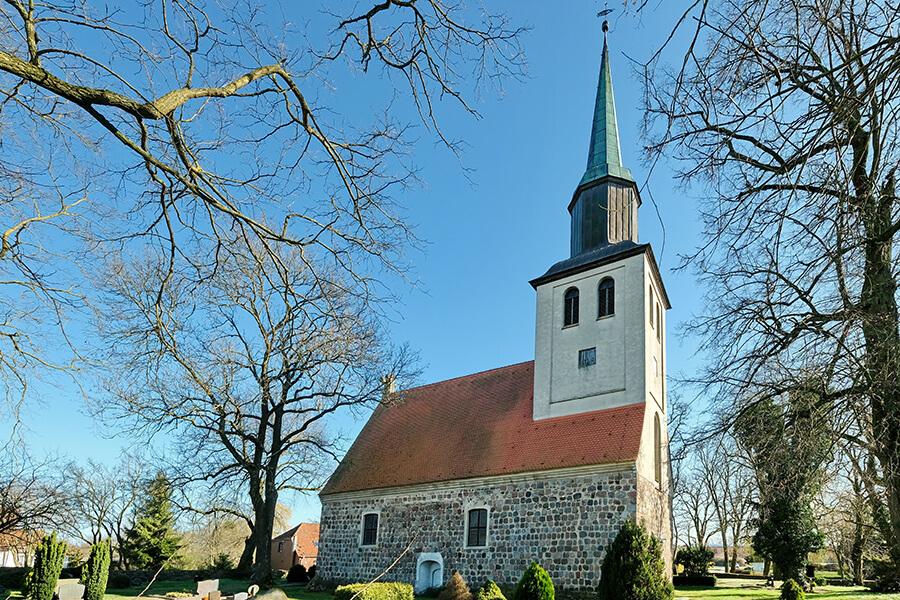 Groß Luckow - Blick zur Kirche vom Friedhof aus