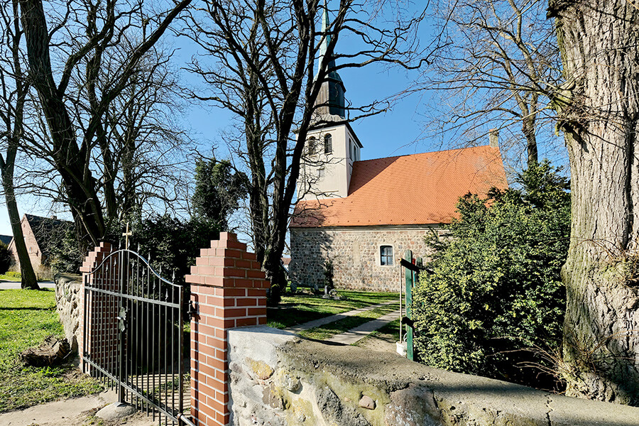 Groß Luckow - Eingang zur Kirche und zum Friedhof