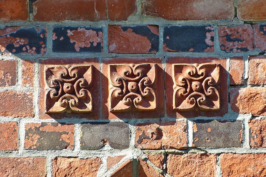 Jatznick - 3 floral-verzierte Ziegelsteine