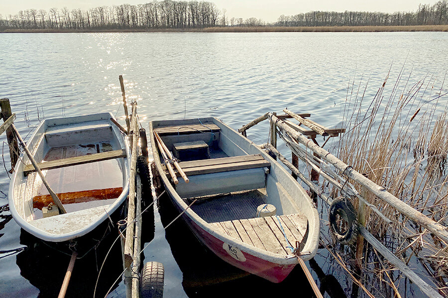 Koblentz - Kleiner Koblentzer See Anlegestelle mit 2 Ruderbooten