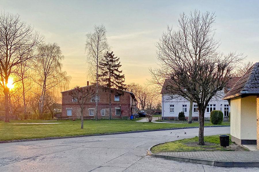 Brietzig - Wendeschleife im Dorf im Sonnenuntergang