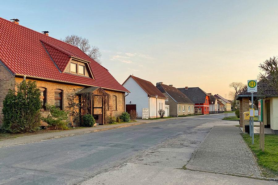 Brietzig - Dorfstraße mit Bushaltestelle