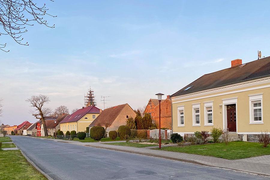 Brietzig - Dorfstraße - Blickrichtung zum Kirchturm