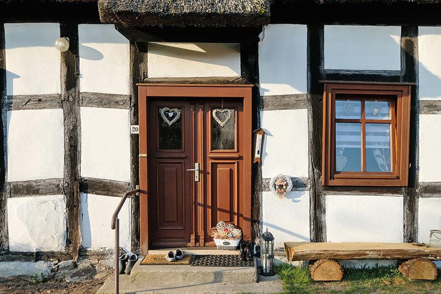 Viereck - Fachwerkhaus - Gemütlich dekorierte Eingangstür
