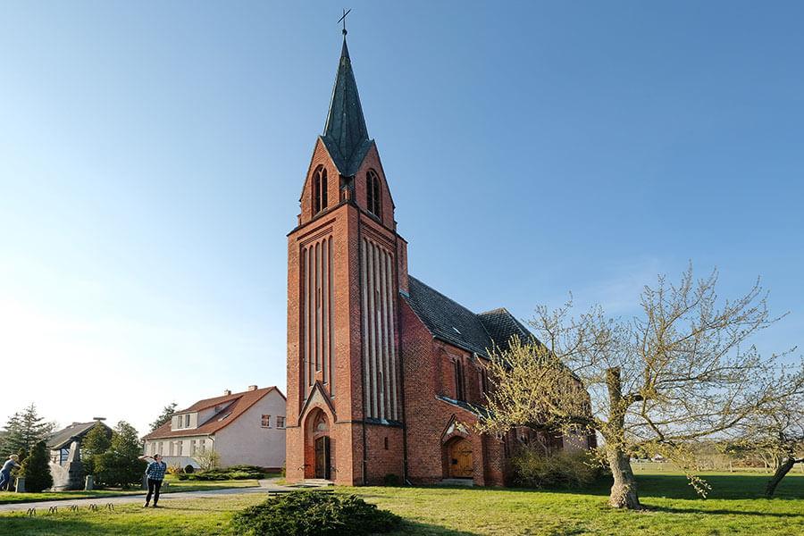Viereck - Katholische Kirche Mariä Geburt - quadratischer Westturm mit Spitzhelm