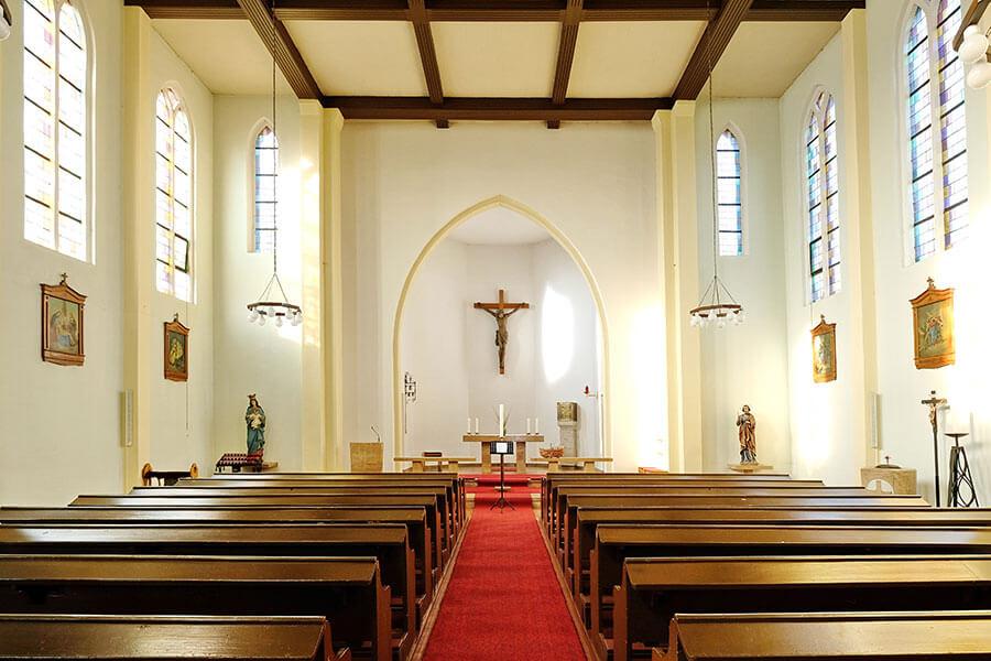 Viereck - Katholische Kirche Mariä Geburt - Blick in die Kirche zum Altar