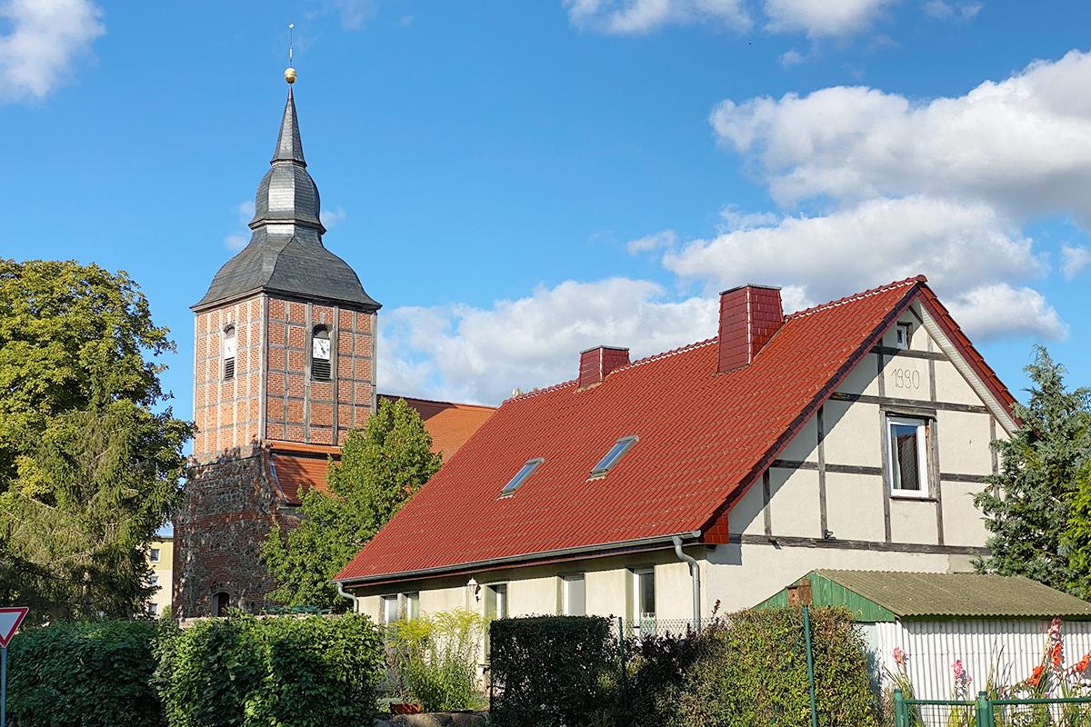 Nieden - mit Blick direkt auf die Dorfkirche