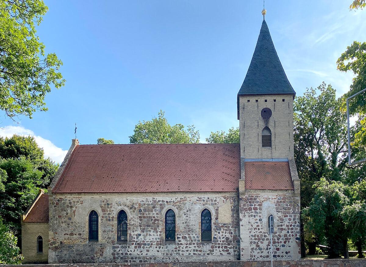 Papaendort mit Blick frontal auf die Dorfkirche