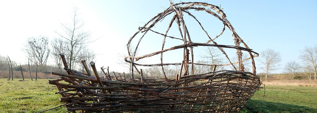 Ein Boot aus Stöckern gefertigt - steht im KunstgARTen in Pasewalk
