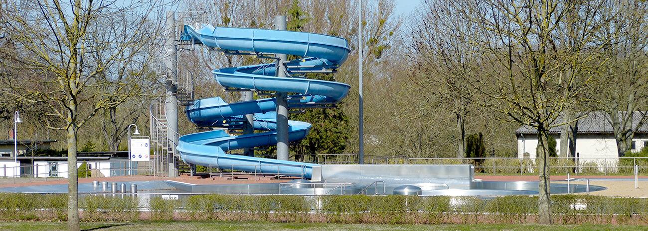 Blick auf die blaue Wasserrutsche im Lindenbad Pasewalk